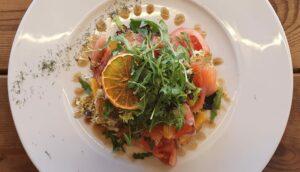 Ensalada de salmón marinado con naranja